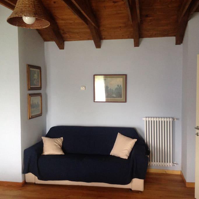 Divano letto situato nella camera dell'appartamento Ciliegio (più grande)