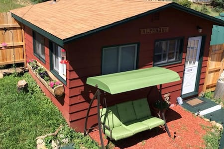 ALPENHUT Close To RMNP W Private Jetted Hot Tub ! - Estes Park - 오두막