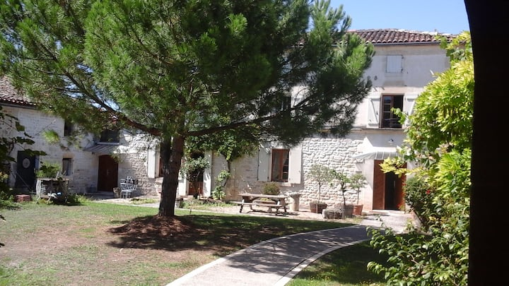 Maison Charentaise dans hameau paisible