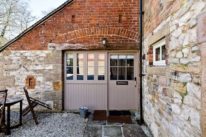 Dog Friendly Ground Floor Cottage with Shared Pool