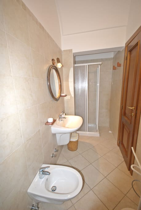 Bagno con doccia / Bathroom with shower