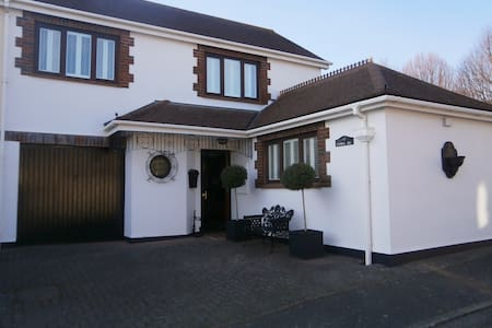 3 Bedroom House, Decked Garden with Swimming Pool!