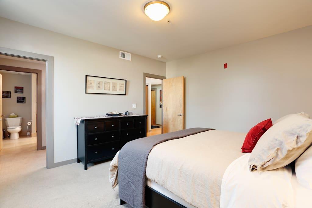 Spacious Master bedroom w/ private bathroom, walking closet & iHome