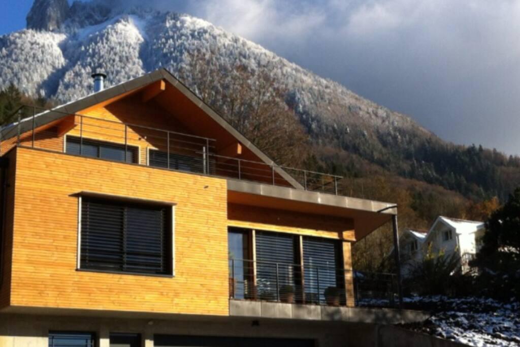 Maison moderne avec chambre indépendante, entrée individuelle et terrasse, calme absolu, proche nombreuses activités.