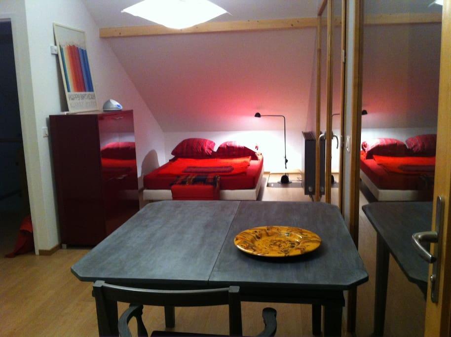 Grande chambre salon lit double 140, une bouilloire électrique et four micro-onde vous permettra de préparer un petit déjeuner. Thé, café et galettes sont à votre disposition.