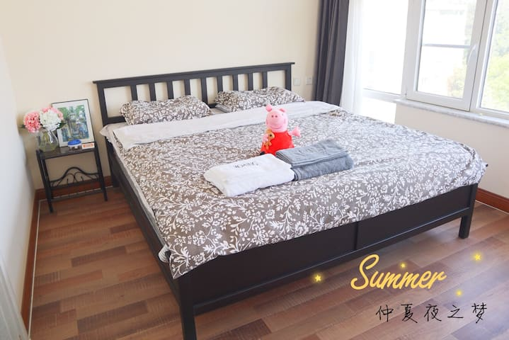1.8x2米大床,温馨安静,舒适宜人  King-Size Bed, with opulent sunshine in the noon and comfortable atmosphere in the night