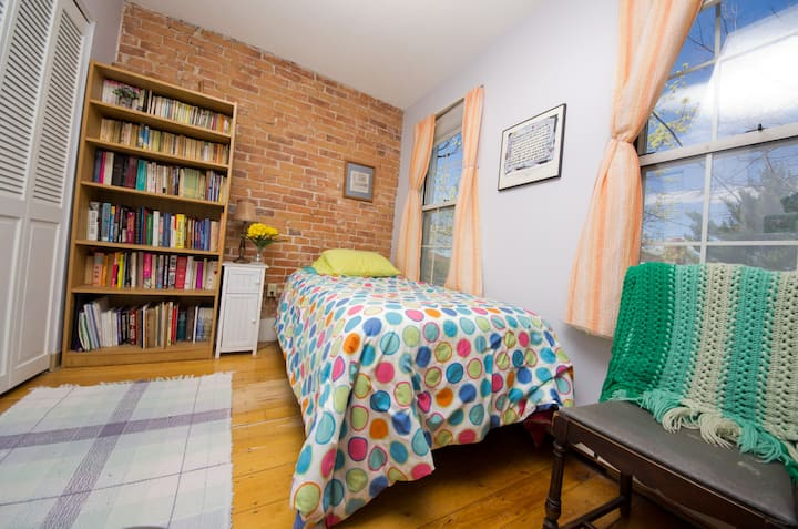 Cozy room in cozy flat near Tufts U