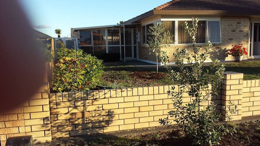 Orewa one level brick house close to beach/shops - Orewa - Hus