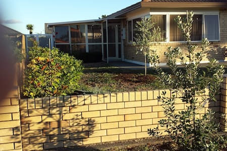 Orewa one level brick house close to beach/shops - Orewa - 独立屋