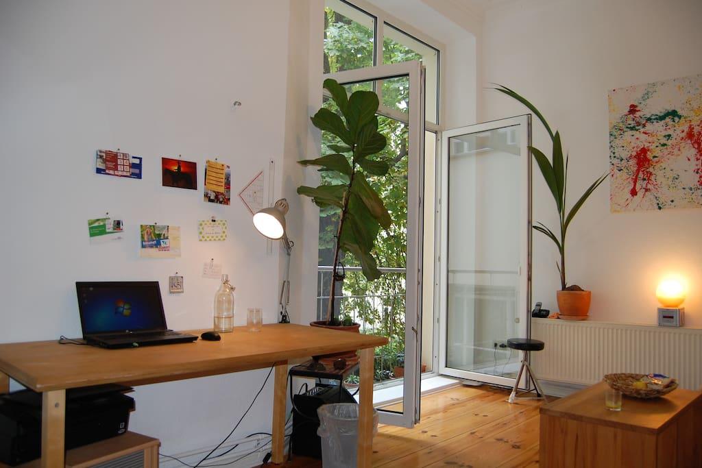 Schreibtisch und französicher Balkon