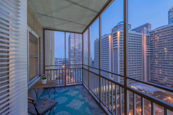 Skyline View Condo in Downtown Atlanta sleeps 3