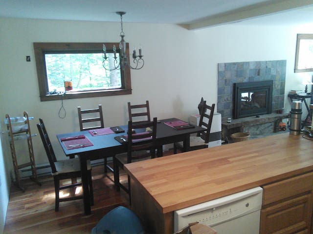 Cozy Chalet on Jay- Bushwacker Room - Westfield