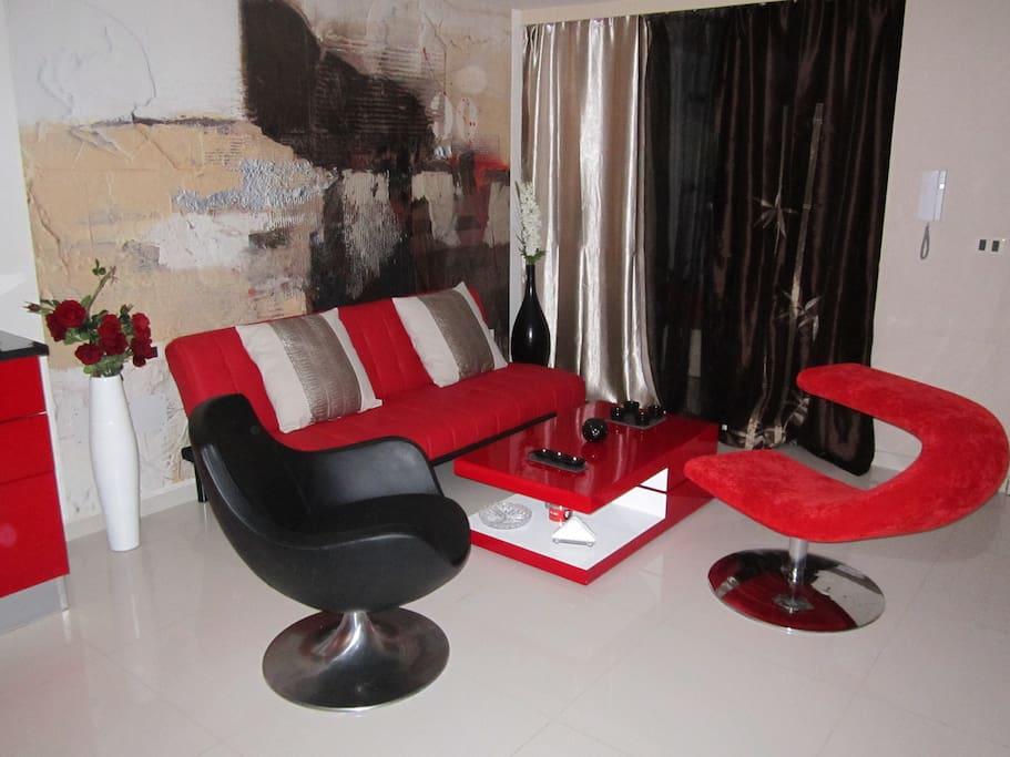 Salon moderne  avec clic-clac et table basse rotative