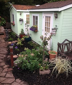Adorable Garden Cottage (I)