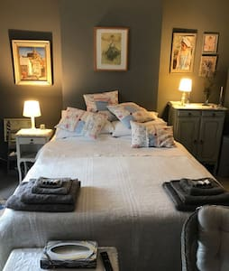 Elegant French-style B&B room 2 mins from beach