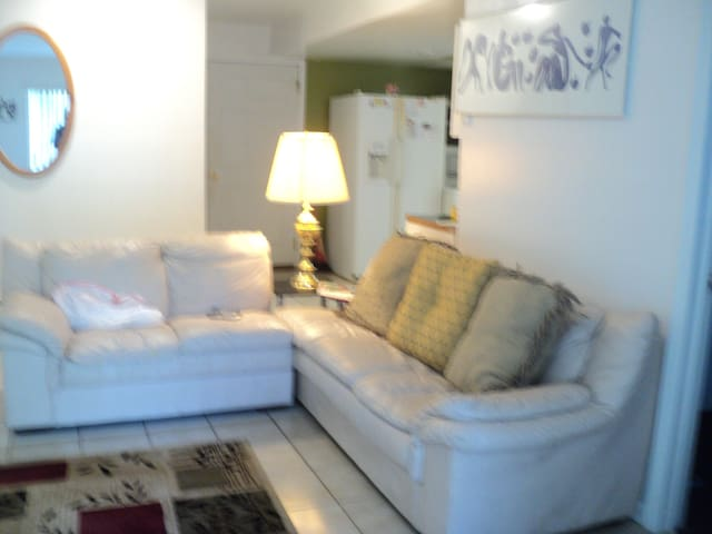 Victoria's Garden. Cozy 2 Bedroom. - East Orange - Apartment
