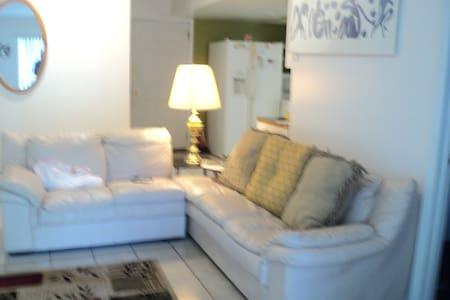 Victoria's Garden. Cozy 2 Bedroom. - East Orange - Apartamento