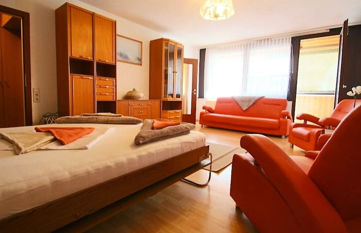 Cosy Orange Apartment near City Centre
