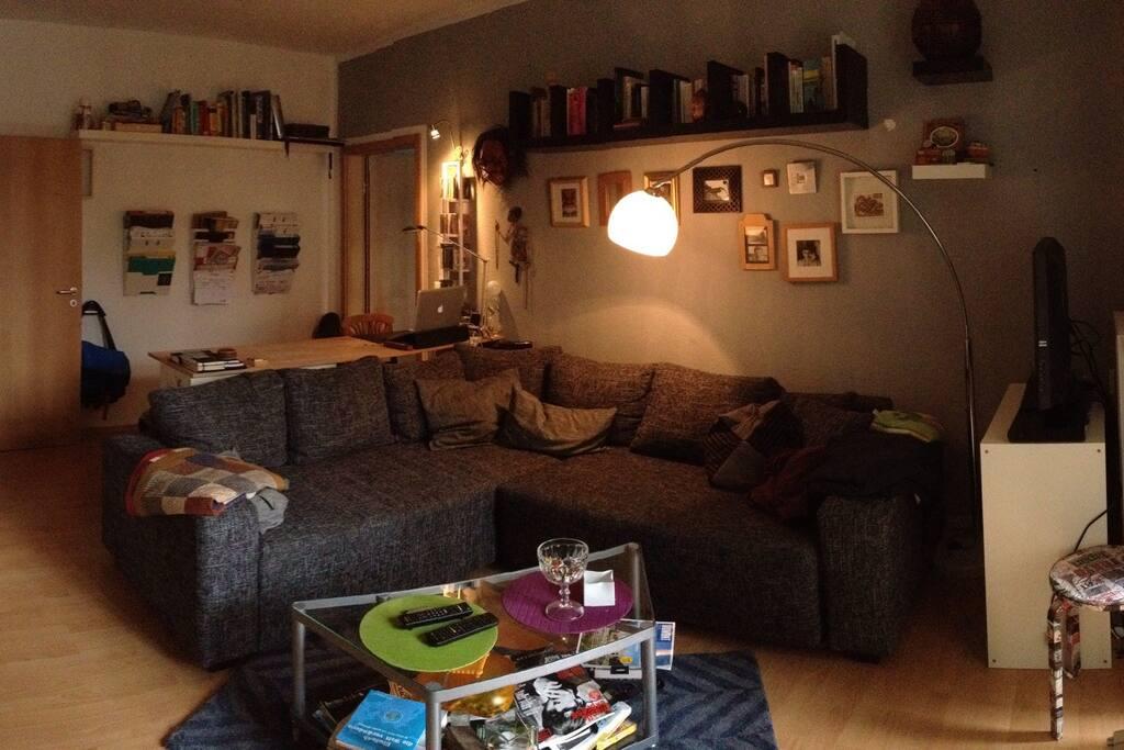 Die großzügige Couch im Wohnzimmer (mit zwei zusätzlichen Schlafplätzen)