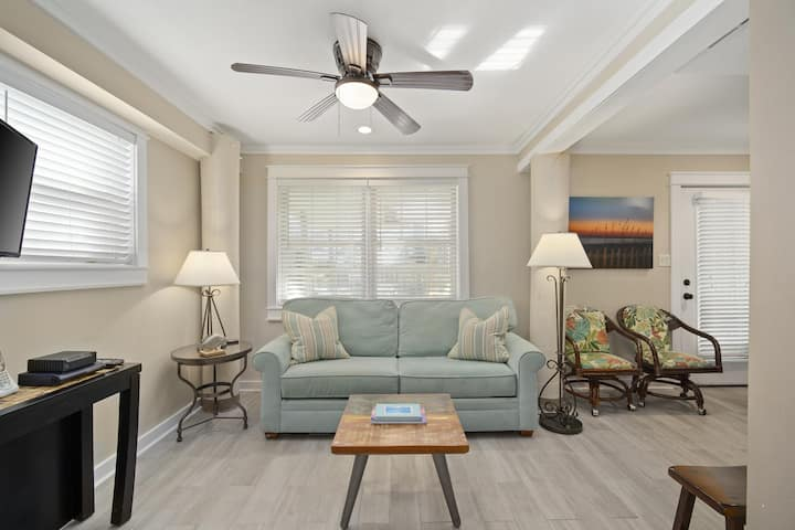 Affordable, Updated Condo in Blue Mountain Beach! Snowbird Rates Available!