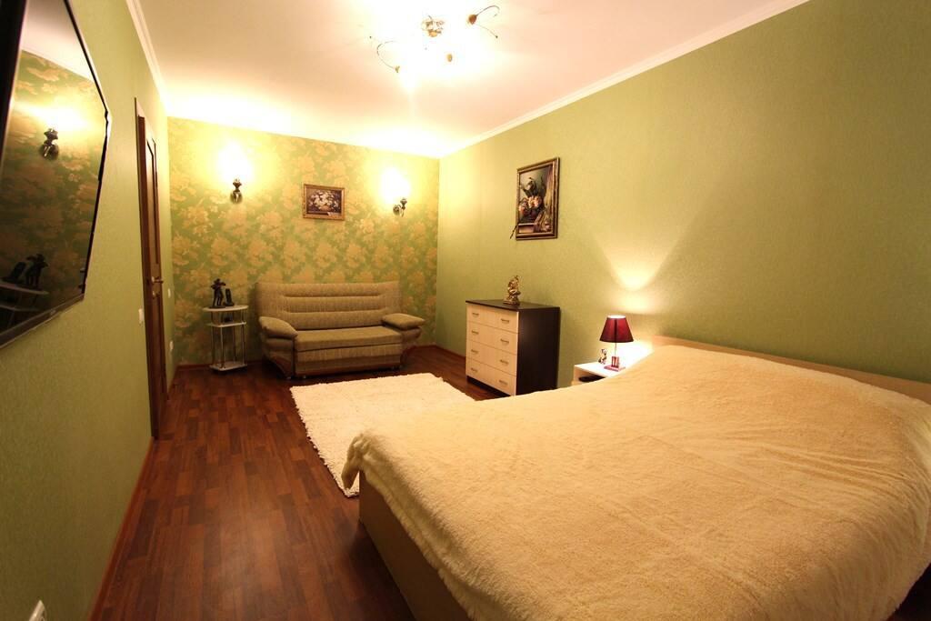 Спальня-гостиная с большой, удобной кроватью, плазменным телевизором и диванчиком для комфортного отдыха