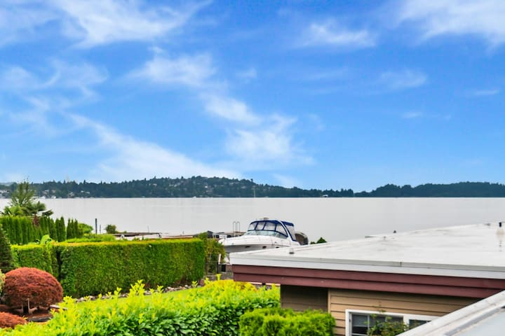 Entire Guest House on Waterfront Lake Washington