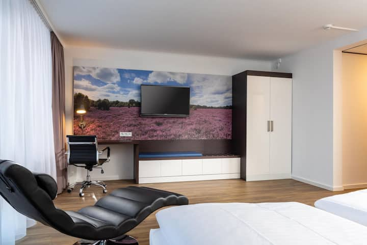 Seminaris Hotel Lüneburg, (Lüneburg), Apartment mit Kitchenette und Badezimmer