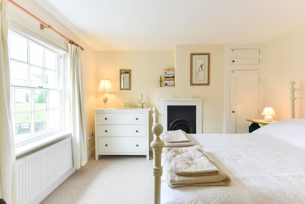 A comfortable period  2 bedroom cottage, in a perfect location!