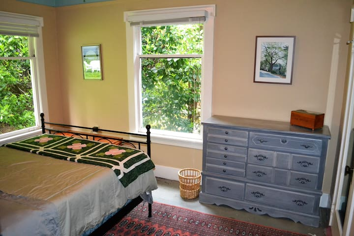 Private, quiet room in heart of Lake Forest Park