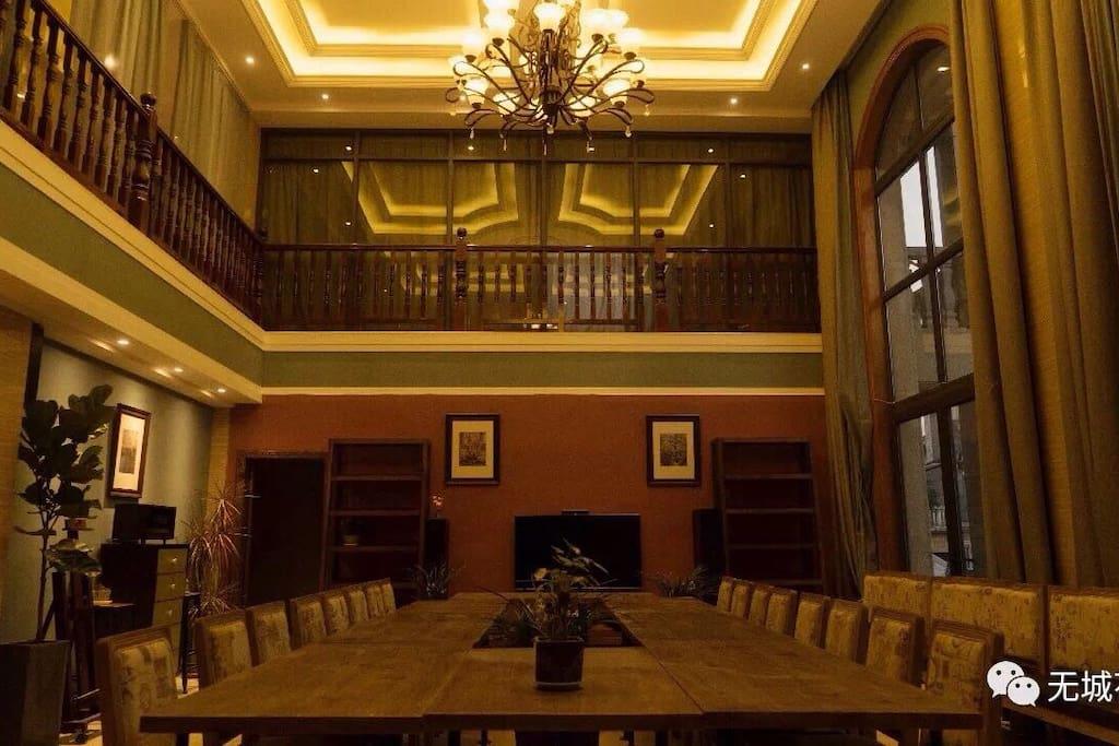 会议室,总共可容纳50人开会