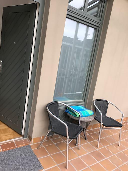 Balkonersatz vor der Wohnungstür im 3. OG mit Blick in den Ruhigen Innenhof