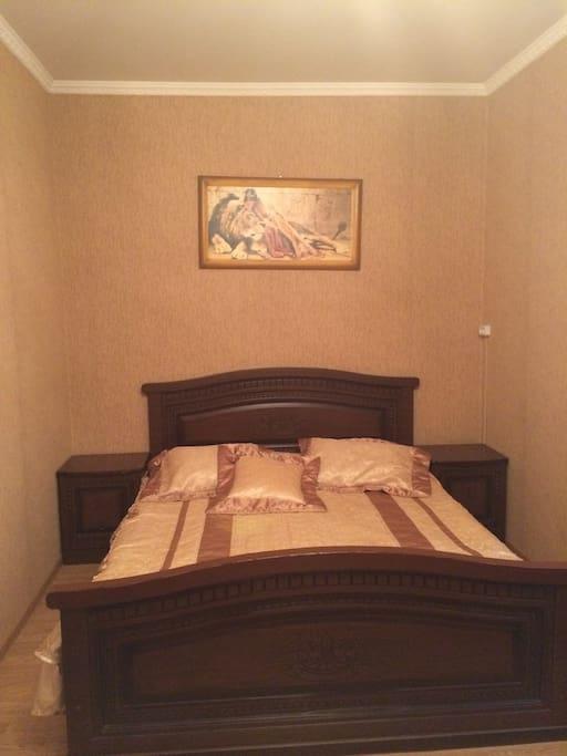 Спальня с двуспальней кроватью