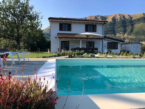 Villa Vetteglia: 360 degree views, total privacy and your own private infinity pool. With Lucca, Pisa, Florence, Siena and Barga all in driving distance. This might be the perfect balance between being in nature and exploring famous Italian culture