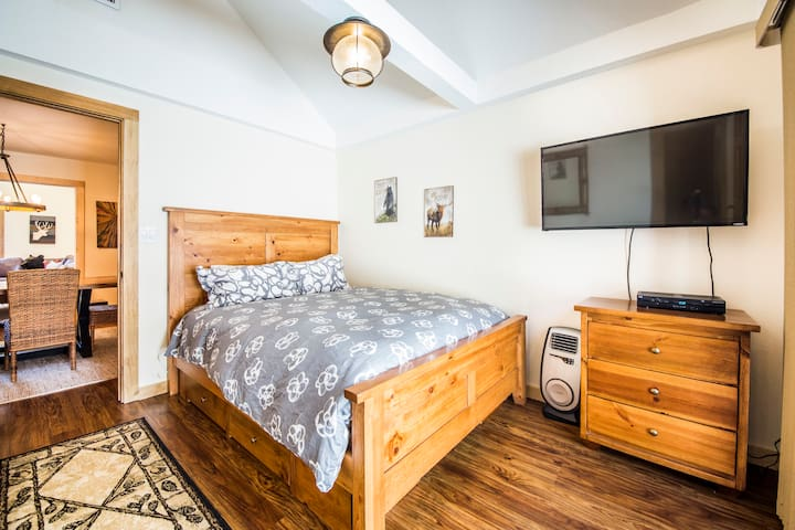 Bedroom with very comfortable brand-new queen mattress and luxury linens