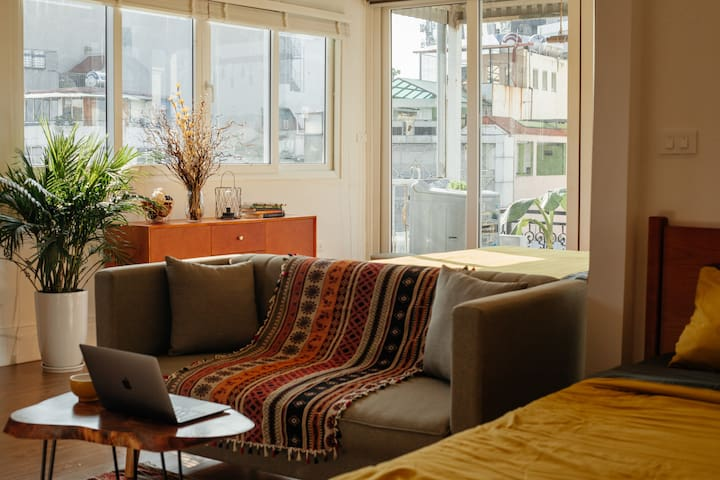 Wide windows on two sides of the apartment allow great amount of lights to flood in, giving the apartment a cozy vibe