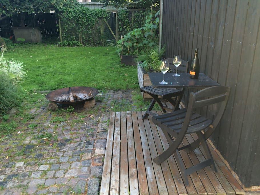 Mini-terrasse og bålsted foran anneks