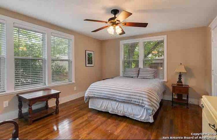 Big, Clean, Private Guest House,  Alamo Heights!