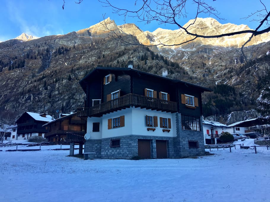 Chalet immerso nelle montagne. The chalet is surrounded by mountains.