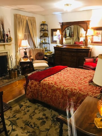 WC Fields Room at Wooden Boxes Inn & Shoppe