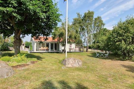 Fritidshus nära havet vid Kalmarsund.