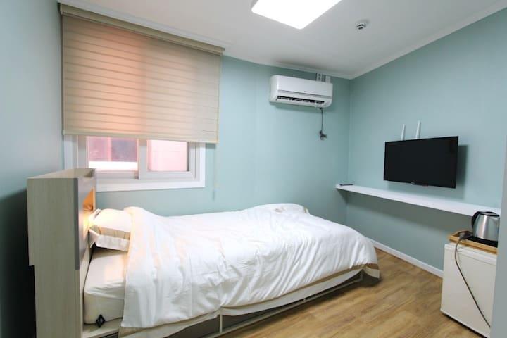 Super single room (브랜드가구의 슈퍼싱글침대1개, 트럼프호텔베딩, 무료케이블tv, 냉장고, wifi, 커피포트, 헤어드라이어, 전용욕실, 고급샴푸 등 어메니티)