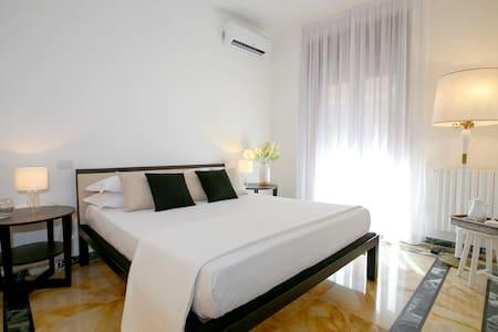 -The elegant and bright bedroom *Golden Suite* managed by #starhost - Camera principale molto luminosa *Golden Suite* gestito da #starhost #uniquehomesperfectstay #starhoststay