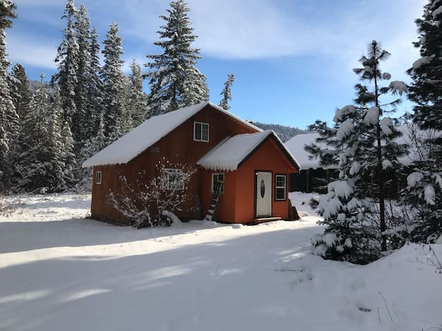 Icicle Hut midway of Leavenworth & Stevens pass!