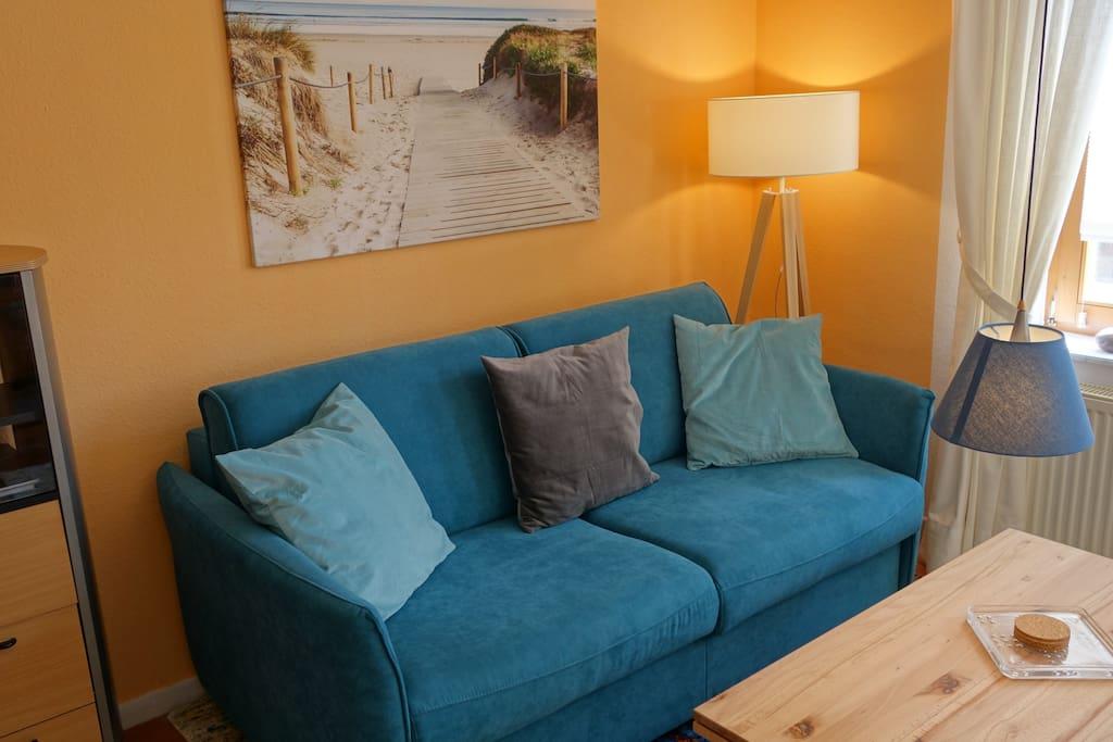 Das 1,60 breite Sofa ist ausgezogen auch komfortables Doppelbett im WZ