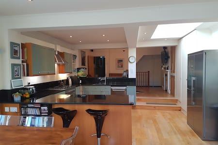 Spacious Riverside Family Home - Twickenham