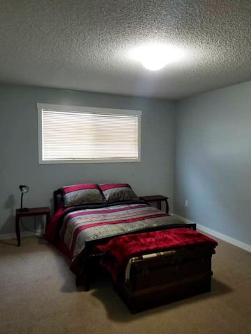 Comfy Private Room in central Kelowna Home
