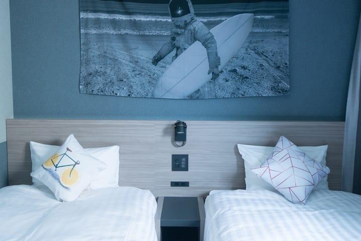 Twin room at〈HOTEL SHE, OSAKA〉