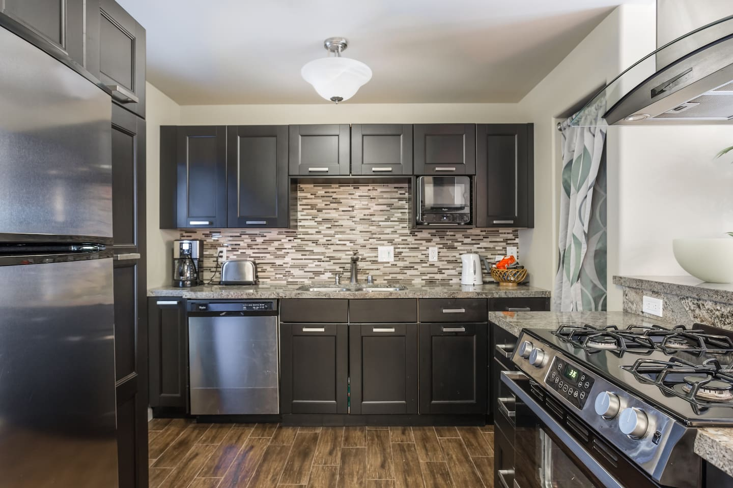 Stay at this nice apartment with brand new kitchen with all stainless steel appliances, stone counter top and Italian tile floors. With all the amenities you might need while traveling.