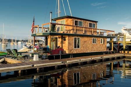 """Casey's Houseboat - """"Capt. Carl"""" - Newport"""