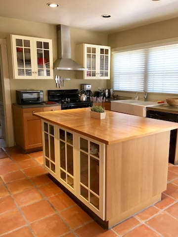 Cozy Bungalow Near Downtown/ 3 Bedrooms